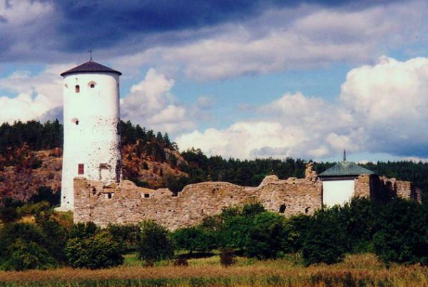 Stegeborgs slottsruin vid Gˆta kanals utlopp i ÷stersjˆn.